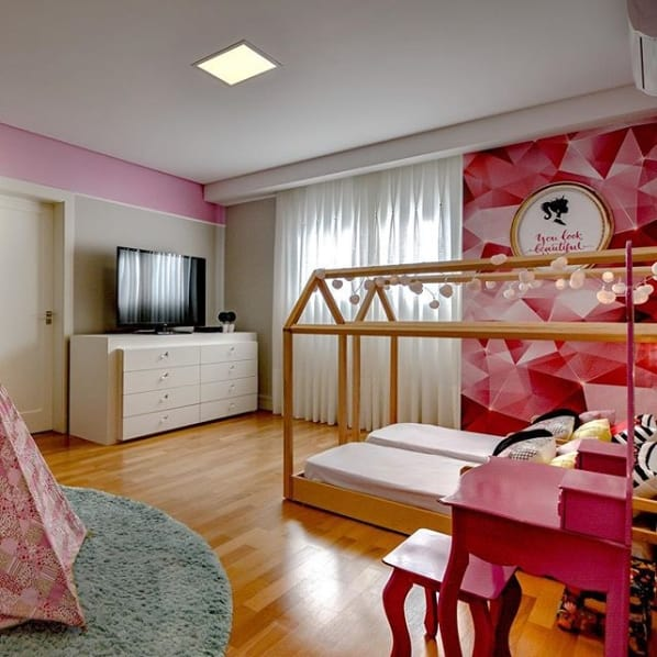 quarto de luxo com papel de parede da Barbie
