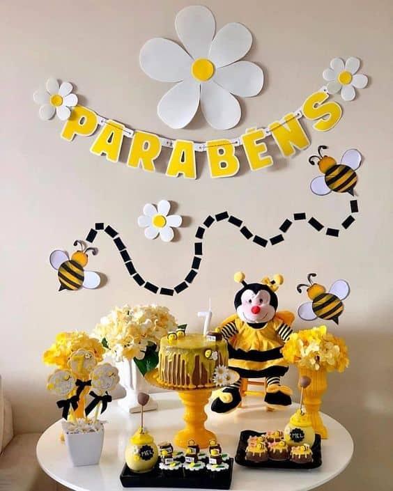 decoracao de mesversario simples com tema de abelhinhas
