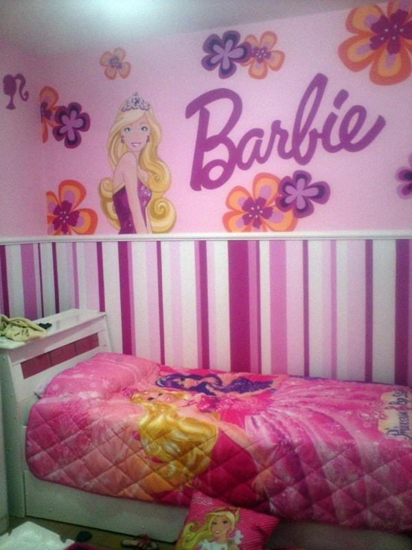 quarto simples com adesivos de parede da Barbie