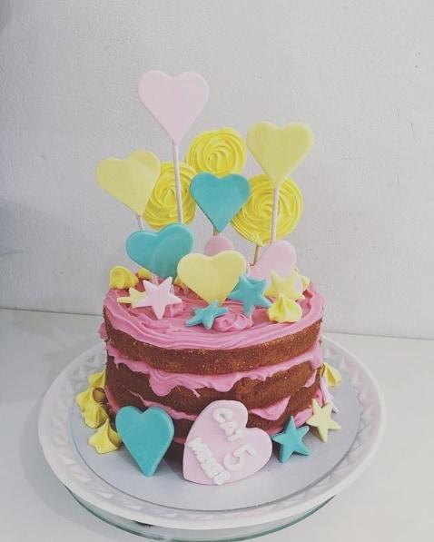 naked cake colorido para mesversario