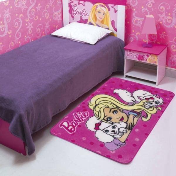 quarto simples com tapete da Barbie