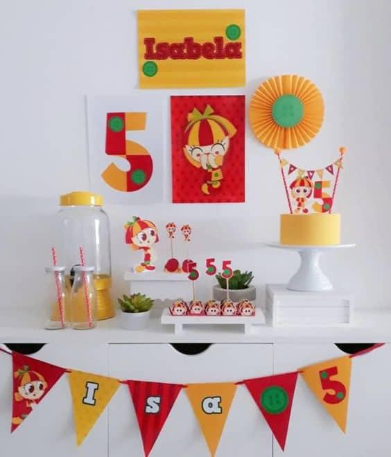festa de meserversario em casa com decoracao colorida e simples
