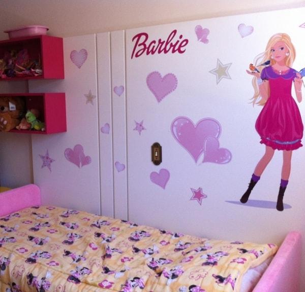 quarto infantil com adesivos da Barbie na parede