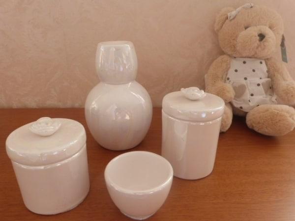 kit higiene de porcelana branca com efeito perolado