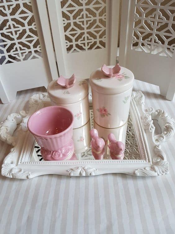 kit higiene branco com flores e borboleta na tampa