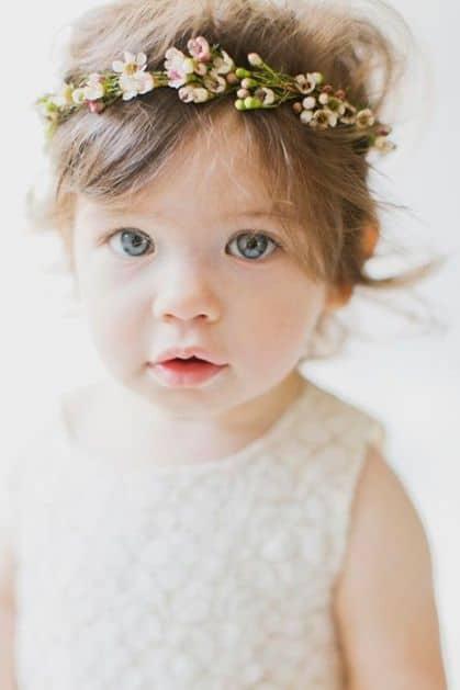 penteado com tiara de flores para cabelo infantil curto