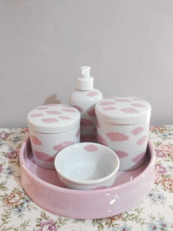 kit higiene de porcelana branca com nunvenzinhas rosa