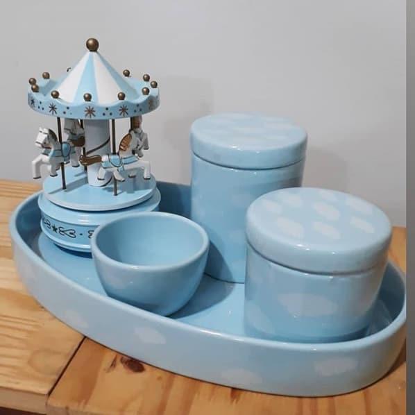 kit higiene azul com nuvens brancas