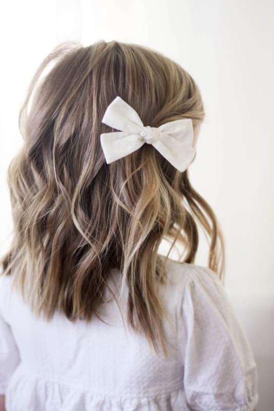 penteado infantil simples com laco para casamento