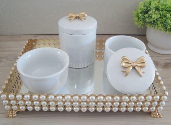 kit higiene de porcelana branca com lacos dourados