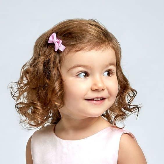 penteado infantil para casamento com acessorio de cabelo