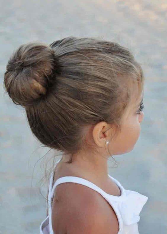 coque simples para penteado infantil de casamento