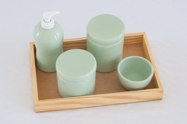 kit higiene verde claro com bandeja de madeira