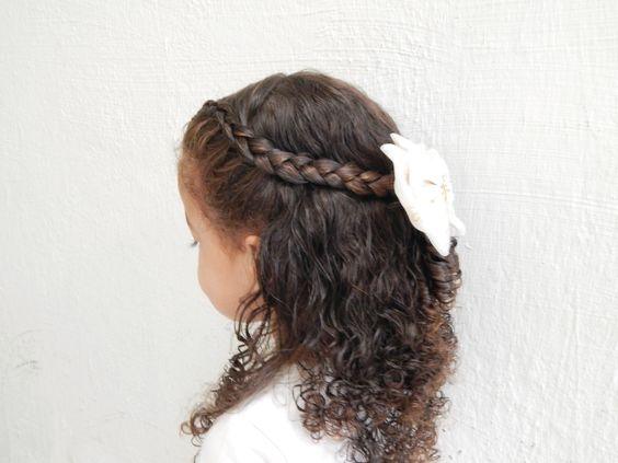 cabelo cacheado infantil com penteado para casamento