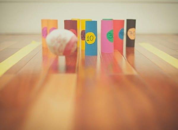 brincadeira de boliche com bola